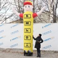 объемная рекламная фигура для автосервиса с машущей рукой высота 4метра