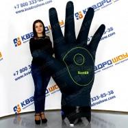 огромная надувная рекламная ладонь с пальцами