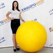 огромный желтый мяч для игр и декораций