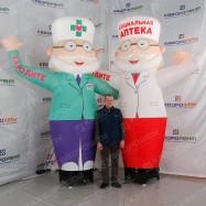 пневмоконструкции рекламные аптекари с машущей рукой