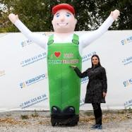 Рекламная ростовая фигура с машущей рукой для рекламы овощей и фруктов