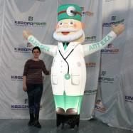 Рекламный надувной человечек медицинский работник с компрессором