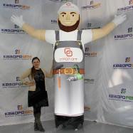Надувной человек для рекламы отделочных материалов машет рукой