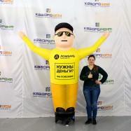 Жултый рукомах в очках для рекламы ломбарда