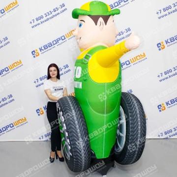 Рекламная фигура с машущей рукой сантехник