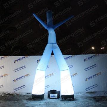 Воздушный человек голубого цвета с подсветкой ночью