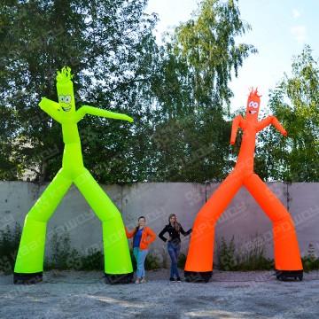 Танцующие человечки у магазинов
