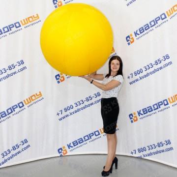 гигантский желтый мяч для игр и декораций