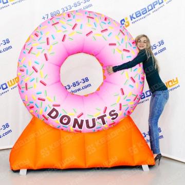 гигантский рекламный пончик donuts
