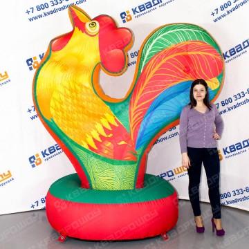надувная декорация разноцветный петушок с красным гребешком