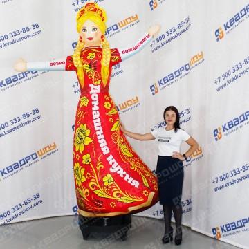 Фигура девушка Славянка с машущей рукой на Масленицу