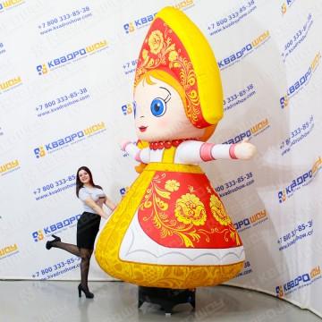 Надувная фигура с машущей рукой Девочка в сарафане