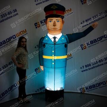 Офицер в парадной форме с подсветкой
