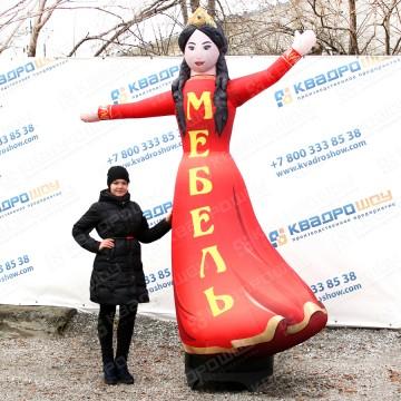 надувная рекламная фигура девушка с машущей рукой