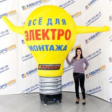 надувная рекламная фигура лампочка машет рукой