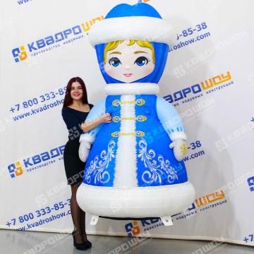 Надувная Снегурочка в синем расписном наряде