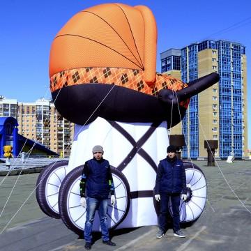 Надувная гигантская коляска