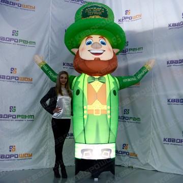 Ирландский лепрекон с подсветкой в зеленой шляпе