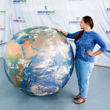 Огромный шар глобус
