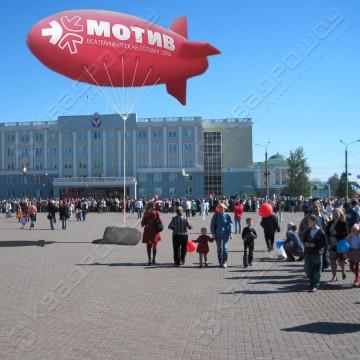 Большая надувная конструкция в воздухе Дирижабль