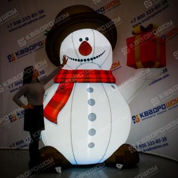 Надувной Снеговичок в шляпе с подарком