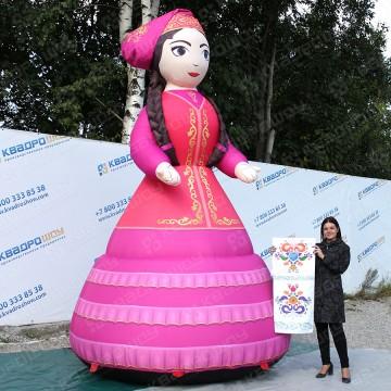 Огромная надувная фигура девушки апа в традиционном татарском наряде