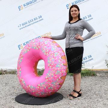 огромная рекламная копия пончика