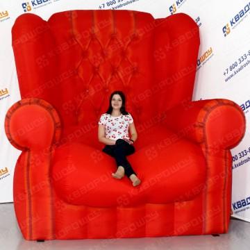 громадное красное кресло для рекламы