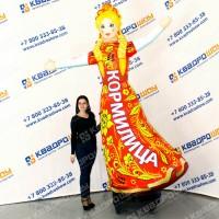 рекламная кукла с машущей рукой