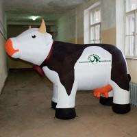 Большая надувная фигура коровы